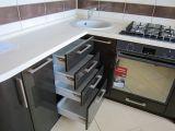 Кухня со столешницей из искусственного камня на за